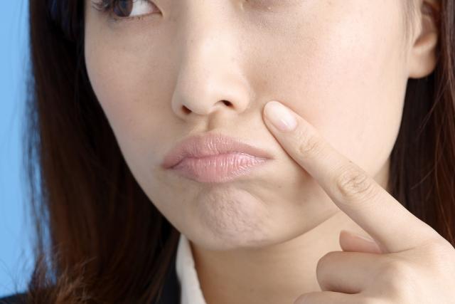 ほうれい線の原因は顎のたるみ!ペットボトルで改善する方法とは?