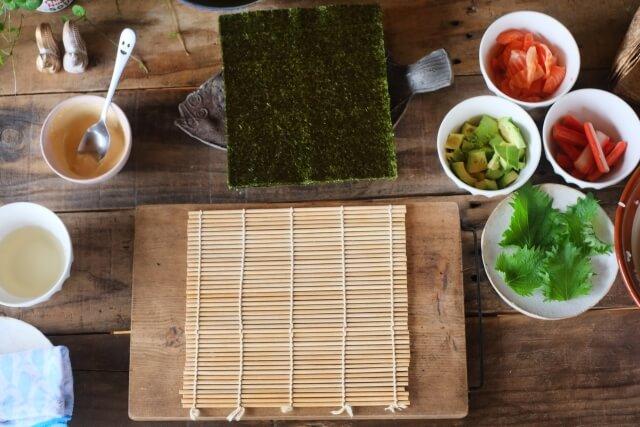 巻き寿司の巻き方のコツは?巻きすなしでもラップで簡単に作る方法あり!